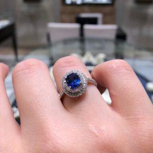 Unique features to include in your engagement ring
